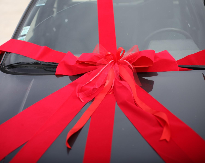 schleifenparadies rote autoschleife autogeschenk schleife geschenkschleife f r ein auto. Black Bedroom Furniture Sets. Home Design Ideas